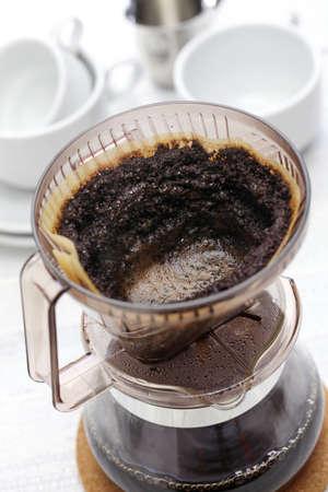 hacer el café por goteo mano por el filtro de papel