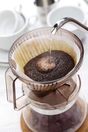 papel filtro: hacer el café por goteo mano por el filtro de papel Foto de archivo