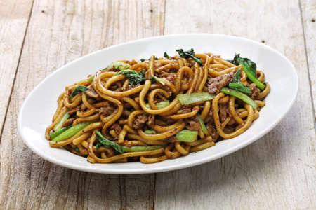 chinesisch essen: Shanghai gebratene Nudeln Chow Mein Shanghai, chinesisches Essen