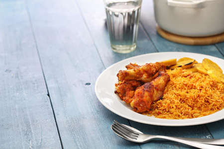 jollof arroz con pollo y plátano frito, cocina de África Occidental
