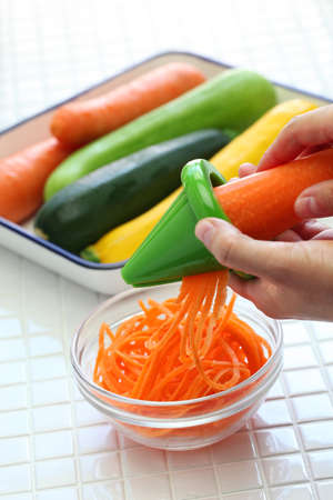 vistiendose: hacer dieta saludable ensalada de fideos vegetales, comida vegetariana