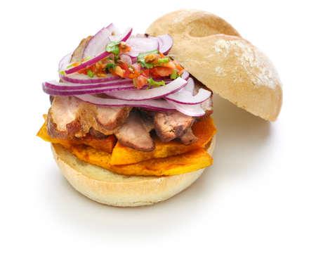 팬 콘 chicharron, 흰색 배경에 고립 된 페루 돼지 고기 샌드위치