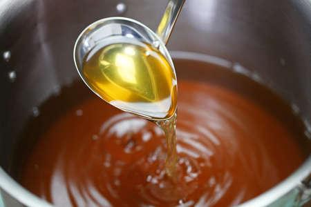 냄비에 닭고기 콩소메 스프 만들기