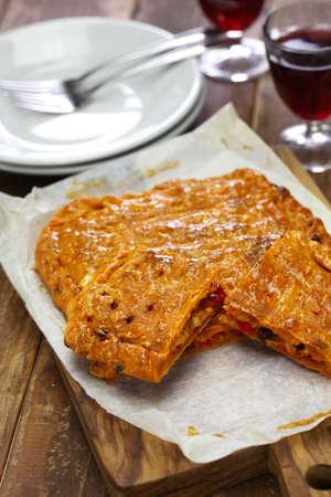 Galicische stijl zelfgemaakte tonijn empanada, empanada gallega de bonito