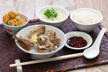 singare bak kut teh, sopa de costilla de cerdo picante Foto de archivo