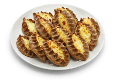 Karjalanpiirakka, Karelische Torte, finnisches Essen, finnisches Frühstück