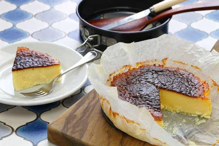 zelfgemaakte baskische gebrande cheesecake, spaans bardessert