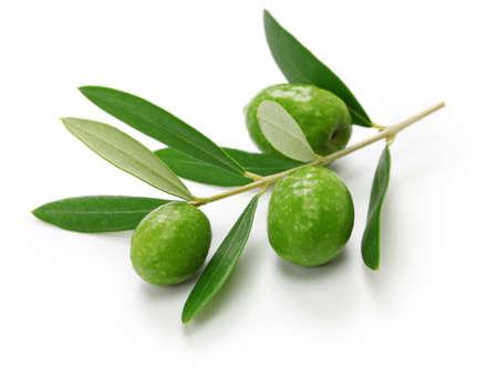 Grüne Oliven mit Blättern isoliert auf weiß