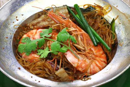 cucina tailandese, gamberi al vapore con vermicelli in casseruola di metallo, gung op wun sen