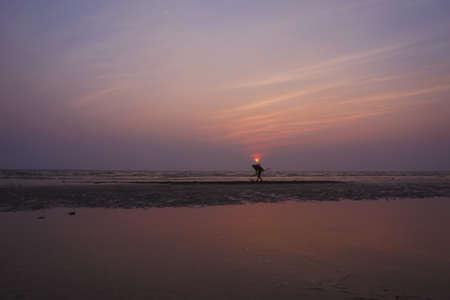 mujer mirando el horizonte: Puesta de sol de mar