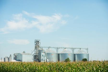 Landbouwlift of graanschuur op het gebied Stockfoto
