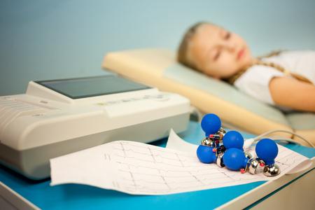 Elektrokardiogramm, Herz-Kardiogramm und forschen in der Pädiatrie, ein Mädchen, das ein Elektrokardiogramm macht