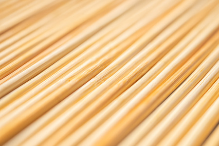 background of parallel round wooden sticks closeup Banque d'images