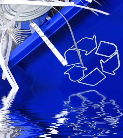 papelera de reciclaje llena de lata y papel reciclado Foto de archivo - 2160059