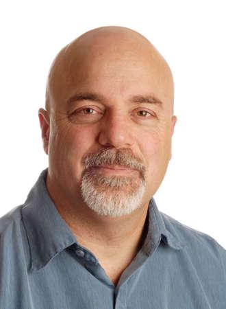 aantrekkelijke man van middelbare leeftijd met een kaal geschoren hoofd op witte achtergrond Stockfoto