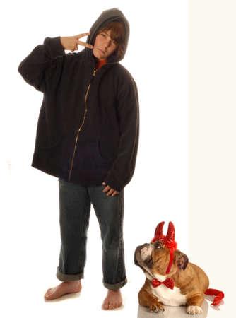 jonge tiener jongen en de hond met een slechte houding