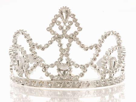 couronne ou diadème isolé sur un fond blanc avec une réflexion