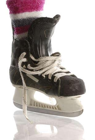 meisjes hockey - hockey schaatsen met roze sokken geïsoleerd op witte achtergrond