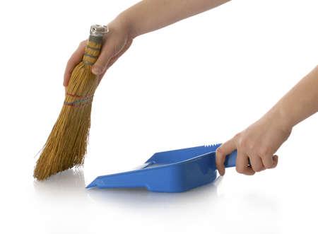 escoba: las manos sosteniendo la escoba y polvo pan de barrido con una reflexi�n sobre fondo blanco