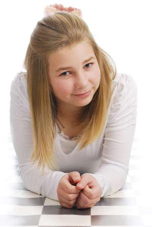 白 backround のカジュアルな服で美しい若い 10 代の少女 写真素材 - 8512378