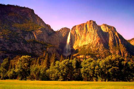 Yosemite Falls est la plus haute chute d'eau mesur�es en Am�rique du Nord. Situ� dans le parc national de Yosemite dans la Sierra Nevada de Californie, il est un des principaux attraits du parc, en particulier � la fin du printemps lorsque le d�bit d'eau est � son apog�e.