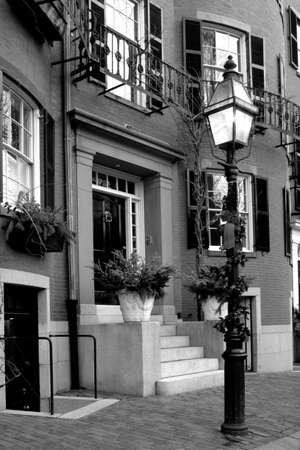 row houses: Beacon Hill � un affascinante, inizi del 19 � secolo quartiere con strade strette. La riga case sono quasi tutte in muratura in federale, georgiano e vittoriano stili. Questo Quartiere Storico Nazionale � eccezionalmente ben conservato, con ben mantenuto casa  Archivio Fotografico