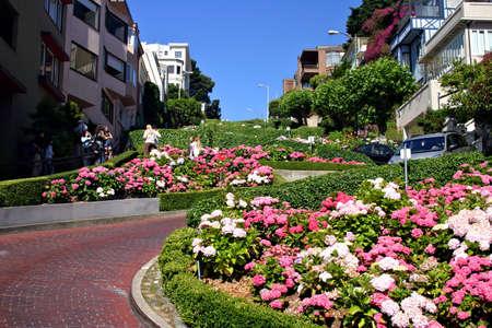 Vue de Lombard Street, la rue crookedest dans le monde, San Francisco, Californie Banque d'images