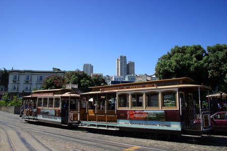 Permanent: Het San Francisco kabelbaan systeem is wereldwijd de laatste permanent operationeel handmatig bediende kabelbaan systeem, en is nu een icoon van de stad San Francisco in Californië. Redactioneel