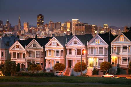 residential neighborhood: El cuadrado de Alamo es una vecindad y un parque residenciales en San Francisco, California.