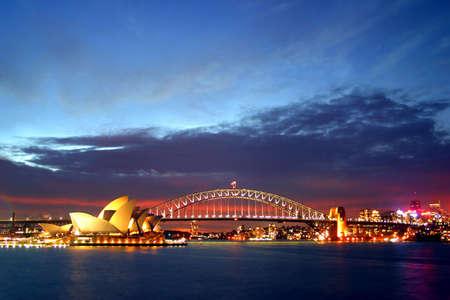 シドニー ハーバー ブリッジと近くシドニーのオペラハウスの劇的な水 vista はシドニー、オーストラリアの象徴的なイメージ