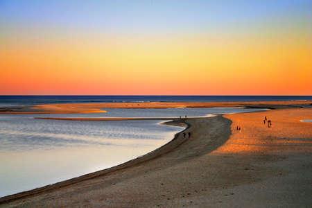brings: Cape Cod � un braccio a forma di penisola quasi coestensivo con Barnstable County, Massachusetts [1], e che costituiscono la parte orientale dello stato del Massachusetts, negli Stati Uniti nord-orientali. Il Capo della piccola cittadina di caratteri e spiaggia porta buona Archivio Fotografico