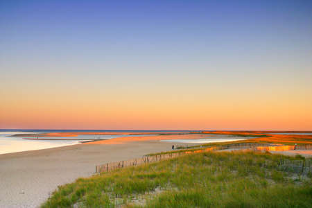 közel: Cape Cod is an arm-shaped peninsula nearly coextensive with Barnstable County, Massachusetts[1] and forming the easternmost portion of the state of Massachusetts, in the Northeastern United States. The Capes small town character and beachfront brings hea