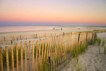 Cape Cod est une péninsule en forme de bras coïncide presque avec Barnstable County, Massachusetts [1], et formant la partie orientale de l'état du Massachusetts, dans le nord des États-Unis. Le Cap de la petite ville de caractère et de la plage apporte hea Banque d'images