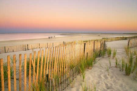 Cape Cod est un bras en forme de péninsule près de coextensive avec le comté de Barnstable, Massachusetts [1], et formant la partie orientale de l'État du Massachusetts, dans le nord des États-Unis. Le Cap de la petite ville de caractère et de la plage apporte hea