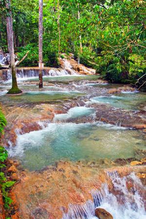 blue lagoon: Dunn's River Falls � una famosa cascata in prossimit� di Ocho Rios, Giamaica, Caraibi e una grande attrazione turistica. Le cadute nel vuoto nel Mar dei Caraibi. E 'uno dei pochissimi fiumi del mondo che effettivamente rientrano direttamente in mare.
