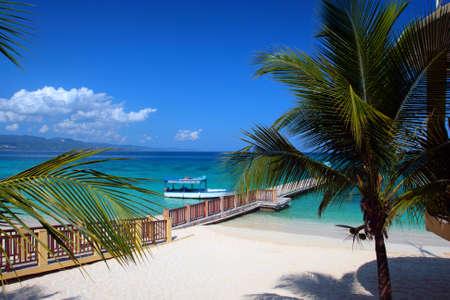 Doctor's Cave Beach Club, Montego Bay (también conocido como Doctor de la Cueva del Club de baño), ha sido una de las playas más famosas en Jamaica por casi un siglo.