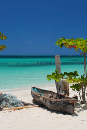 The golden sands of Seven Mile Beach are located on the shores of Negril. This butterscotch beach is hugged by a bow-shaped town, and is the longest continuous stretch of powdery beach on Jamaica.  Standard-Bild