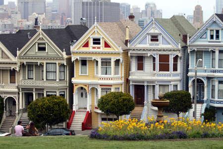 residential neighborhood: Alamo Square es un barrio residencial y el Parque de San Francisco, California.