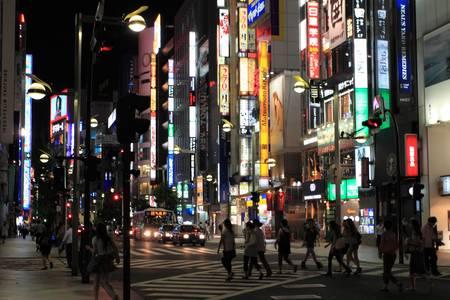 Shinjuku est l'un des 23 quartiers de la ville de Tokyo, mais le nom se r�f�re commun�ment � tout le divertissement grand quartier d'affaires et de shopping autour de la gare de Shinjuku