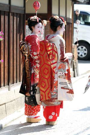 Japanese kimono girl: Maiko đi dạo trên đường phố (Kyoto, Nhật Bản)