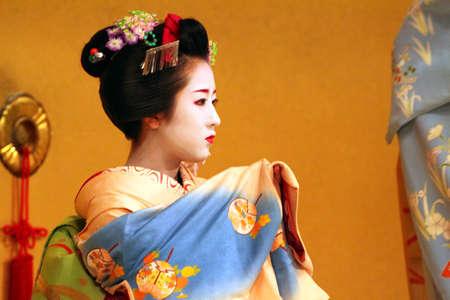 Japanese kimono girl: Maiko biểu diễn một điệu nhảy kyo-mai