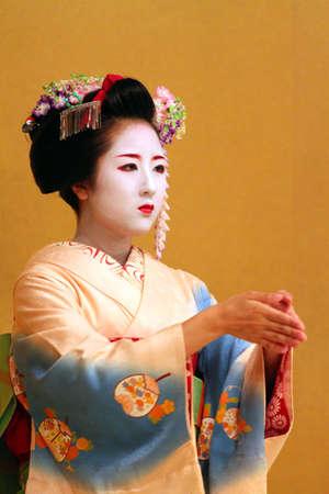 geisha kimono: Maiko performing a kyo-mai dance