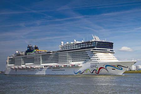 cruiseship: VLAARDINGEN, el la de 2010 de los Pa�ses Bajos-junio nueva construir cruiseship gran epopeya noruego dejando a Rotterdam en su camino a Nueva York. 21 de junio de 2010, Vlaardingen