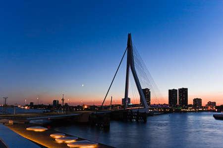 Weergave van Rotterdam, Nederland met Erasmus brug op zomer avond na zons ondergang Stockfoto