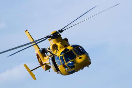 Close-up helikopter vliegen in bewolkte hemel Stockfoto