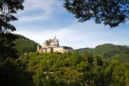 Vianden, Middeleeuws kasteel gebouwd op de top van de berg in Luxemburg of Lëtzebuerg