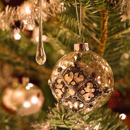 Kerstboom decoratie in zilver en glas - vierkant beeld met ondiepe dof