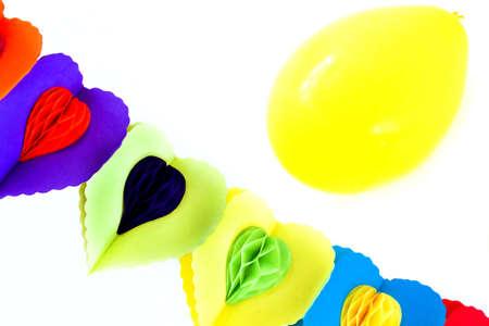 festones: Decoraci?n del partido - fest?n y globo amarillo sobre fondo blanco