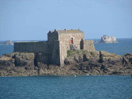 st malo: Vecchia fortificazione al largo della spiaggia di St Malo, Francia