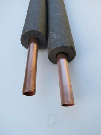 국내 중앙 난방에 사용되는 15mm 구리 파이프, 단열재로 둘러싸여 있습니다. 스톡 콘텐츠 - 35072091